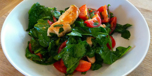 Salade van Spinazie met Warme Kip, Tomaat en Hazelnootdressing