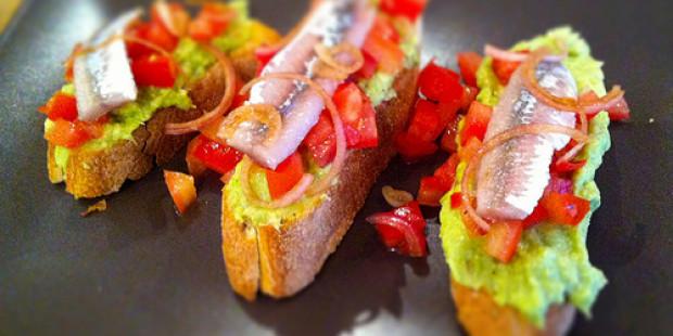 Bruschette met Gerookte Sprotfilet, Tomatensalsa en Guacamole