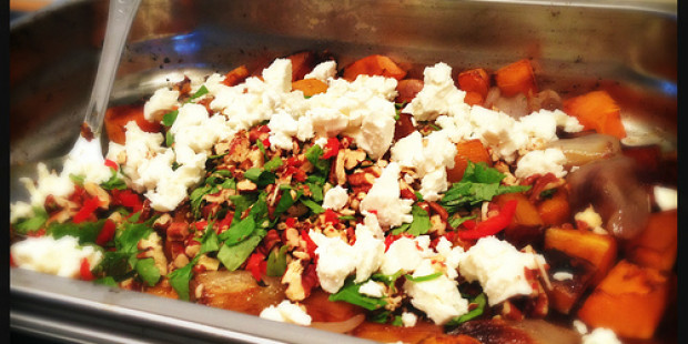Lauwe Salade met Geroosterde Pompoen, Sjalotjes en Feta